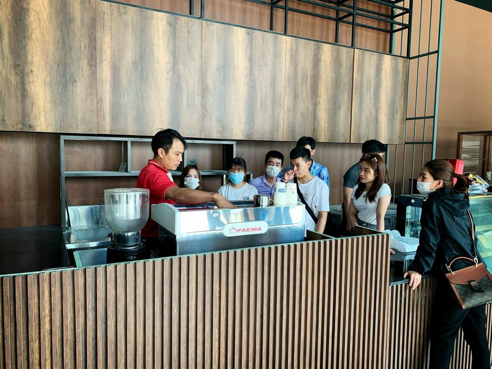 Training cách sử dụng máy pha cafe